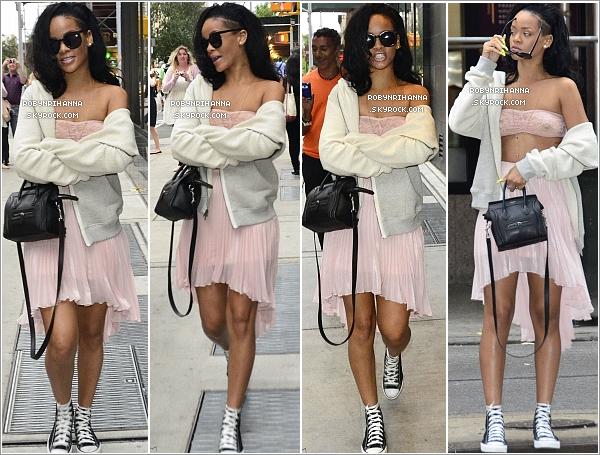 """. 11.06.12"""":""""Rihanna a été aperçue sortant de son hôtel, pour aller faire du shopping dans les rues de New York.+ Découvrez deux photos de Ririh posant avec des fans très chanceux datant du 10 juin, également dans la ville de New York. ."""
