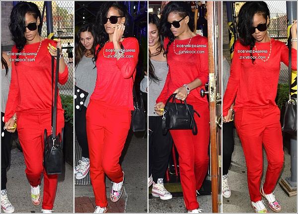 """. 13.06.12 """" : """" Rihanna est allée au restaurant « Da Silvano » à New York, avec son assistante Jennifer Rosales.Le lendemain, la belle a été vue en quittant son hôtel pour se rendre dans un bar à New York avec quelques un de ses amis. ."""