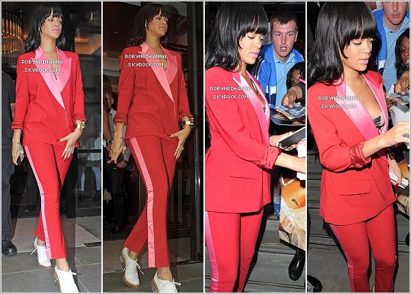 """. 27.06.12"""" : """"Rihanna a une fois de plus été photographiée en quittant on hôtel à Londres, dans la soirée.Le lendemain, elle a encore quitté son hôtel pour aller à une salle de gymnastique et ensuite prendre un vol pour Oslo. ."""