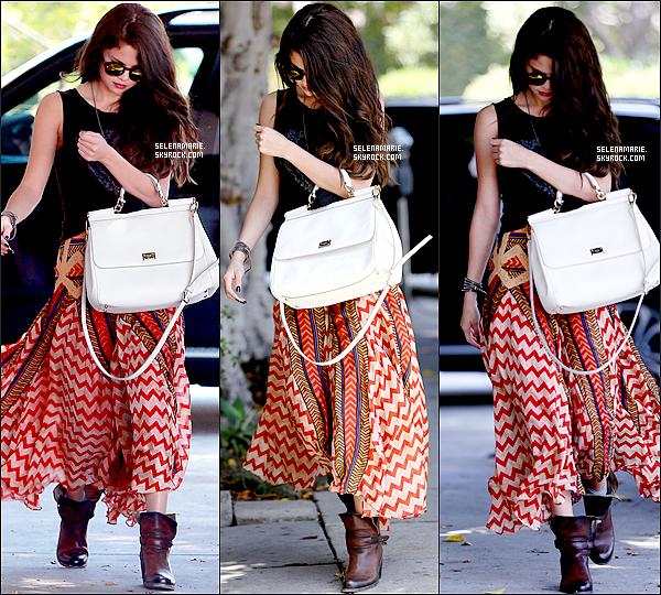 . 18/06/13 ▬ selena a été aperçue allant à un salon de beauté ,elle s'est ensuite rendue à une ___ station service à Hollywood, votre avis sur la tenue de sel,top ou flop? je lui attribue un top !  .
