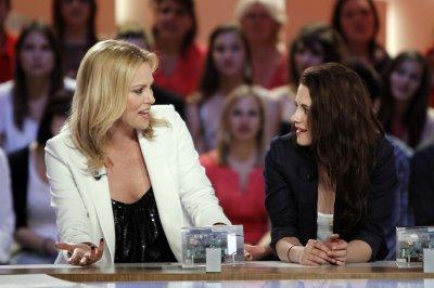 Le 9 mai, Kristen Stewart et Charlize Theron étaient sur le plateau du Grand Journal pour la promo de Blanche-neige et le Chasseur