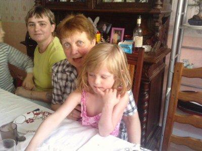ma belle mere et la mamie a scully et a jarod et scully sur cest jenoux