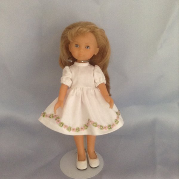 mademoiselle corolle voulait aussi sortir se soir ;elle a choisie cette robe