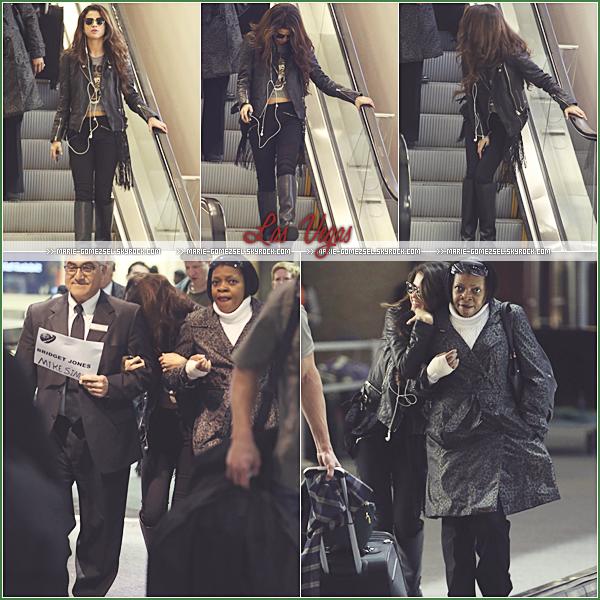. Vendredi 27 Décembre....Selena arrivait à l'aéroport de Las Vegas un peu avant le concert de Britney Spears.