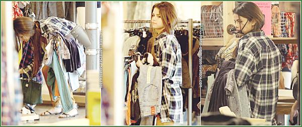 . Vendredi 3 Janvier....Selena et Francia Raisa ont été vu faisant du shopping à Studio City, Los Angeles.