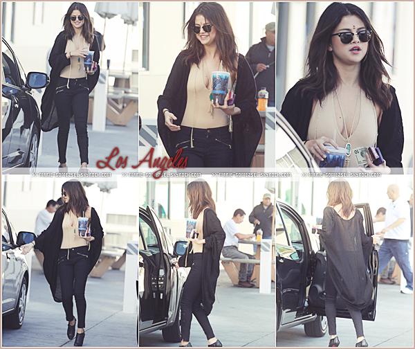 . Jeudi 23 Janvier....Selena a été aperçue quittant une épiserie à Los Angeles.