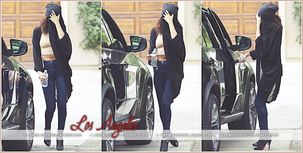 . Vendredi 24 Janvier....Selena a été vu au drive du fastfood Jack in the Box à Los Angeles.