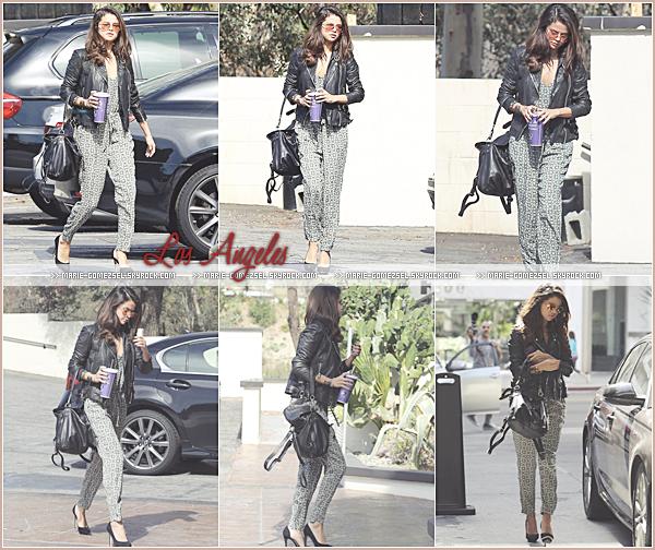 . Jeudi 20 Février....Selena et son sourire légendaire ont été aperçus quittant un bureau dans Los Angeles.