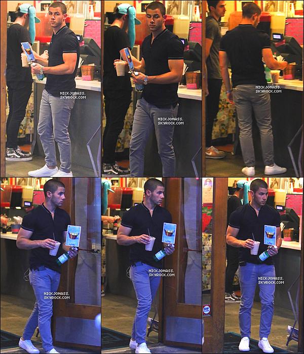 Le 5 août, Nick et ses frères Joe et Frankie ainsi que des amis ont été vu allant dîner au restaurant Pinches Tacos.