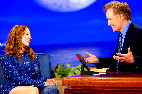 Le 31/10 : En ce jour d'Halloween, notre Rachel était l'invité du talk-show de Conan O'Brien  Encore une fois, Rachel était superbe sur le plateau de l'émission, toujours d'aussi bonne humeur et naturelle ! Seule une vidéo est disponible mais je vous invite à vous rendre sur le site officiel de Conan (cliquez ICI) où vous pouvez en retrouver une seconde. Gosh, j'aime beaucoup sa robe ! *-*