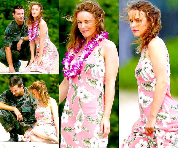 Le 06/11 :  Rachel et sa co-star Bradley Cooper ont été aperçu sur le tournage de « Deep Tiki »   Cette scène a été tourné sur une plage de Oahu, toujours à Hawaï. Rachel était ravissante aux côté de Bradley ! Ce style avec la robe fleurie, les cheveux légèrement ondulés, le collier de fleurs, ça correspond parfaitement au cadre dans lequel ils tournent et c'est un look qui lui va vraiment à ravir je trouve.
