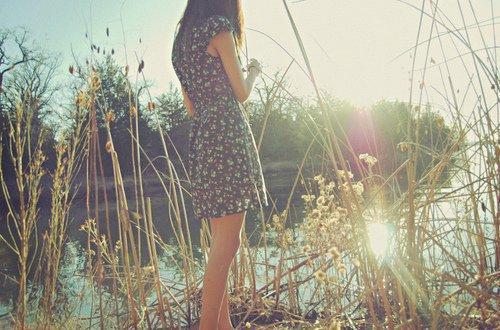 """""""La vie n'est pas ce que tu crois. C'est une eau que les jeunes gens laissent couler sans le savoir, entre leurs doigts ouverts. Ferme tes  mains, ferme tes mains, vite. Retiens-la. Tu verras, cela deviendra une petite chose  dure et simple qu'on grignote, assis au soleil. Ils te diront tous le contraire parce qu'ils ont besoin de ta force et de ton élan. Ne les écoute pas."""""""