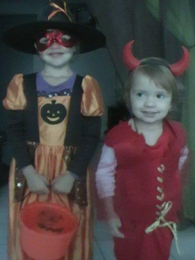 Halloween 2011 Malaury ma Sorcière et Célia ma petite Diablesse