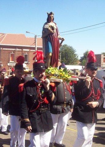 la sortie marche folklorique saint louis Marcinelle ce ces fini  as causse de la chaleur