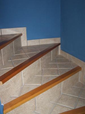 Escalier avec nez de marche en bois style rustique for Marche du carrelage