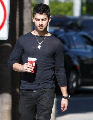02-12-10 Décidément, les paparazzis ne lâchent plus Joe. Ce dernier accompagné de son café, dans les rues de Studio City. Hier Nick c'est rendu chez de ses amis.