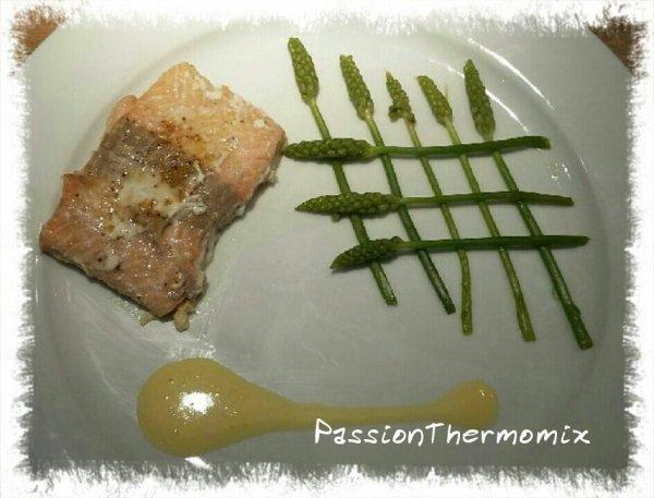 Pavé de saumon & asperges des bois, sauce à l'orange