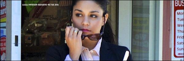 14/09/10 : Vanessa hudgens c'êtait arretez pour acheté une boisson Vanessa êtait habillé trés classe ce jour la