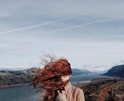 ∞   Le bonheur est cette danse où l'on s'approche et l'on s'écarte sans se perdre. Il est même fait des larmes des longues séparations à condition que viennent les retrouvailles.∞