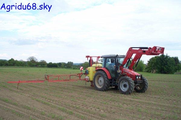 MF 5455 + Pulvérisateur VICON Rau D3 de 1000L équipé d'une rampe de 15mètres (à la ferme voisine)