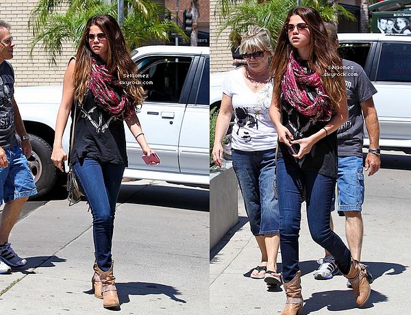 24/07/12__ Selena Gomez a été vu allant déjeuner avec ses grands parents à Sherman Oaks (Los Angeles).