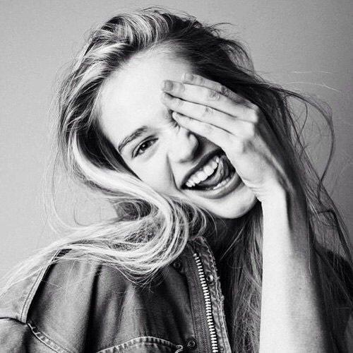«Le monde appartient aux optimistes; Les pessimistes ne sont que des spectateurs.»