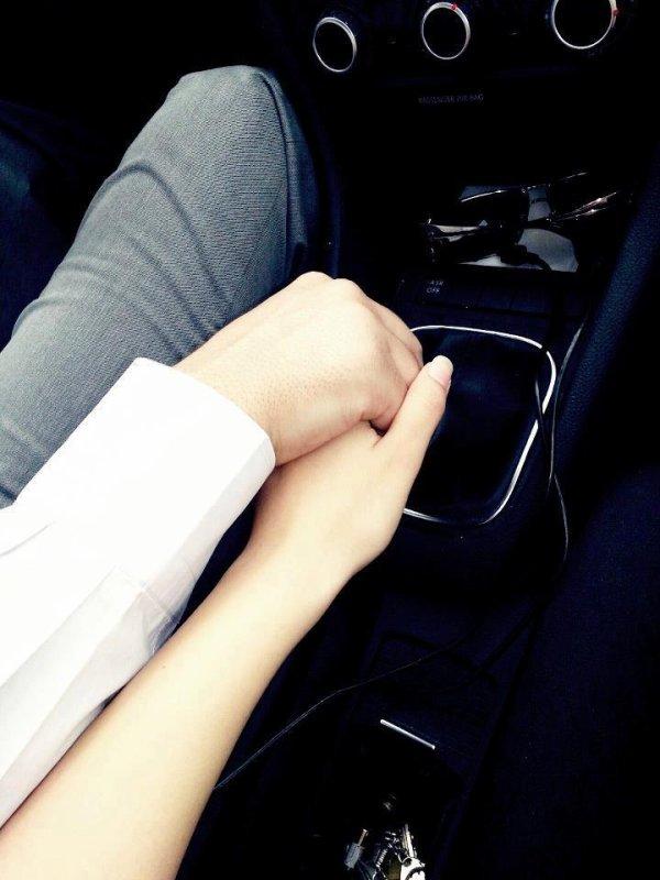 Parfois je me demande ce que tu penses, ce que tu ressent au fond si tu regrettes ou si ce que l'on c'est dit étais sincère. J'ai peur oui, peur de te perdre, perdre l'amour qui nous rapproches, nous unis au fil des jours. Tu sais j'ai besoin de toi, j'ai besoin de toi pour que tu me rassures car j'ai peur de te perdre, perdre encore une fois quelqu'un à qui je tiens bien plus qu'il ne l'imagine. Tu ne t'en rend peut être pas compte mais tu es le seul qui ce démène toujours pour me décrocher un sourire. Si je devais décrire ta plus belle qualité, je dirais ton oreille attentive, ton écoute parfaite, comme ces gens qui ont l'oreille absolue mais toi tu a l'oreille attentive dans le sens où tu écoute, analyse et sais comment me rassurer car tu es toujours là quand j'en ai besoin comme quand j'en ai pas besoin, t'es jamais loin. Tu es capable de me faire rire, on peut même sortir les pires conneries mais, on peut tout autant avoir une conversation sérieuse. Tu comprends certaines choses sans que je n'ai besoin de tout t'expliquer en détails. Tu as le coeur sur la main, sans même le savoir et c'est très rare. ♥