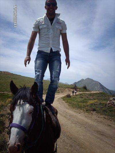 moi debou sr un chevall