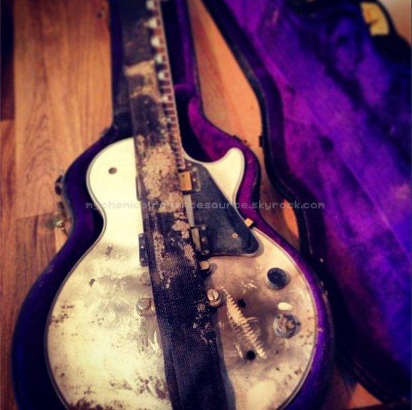 FRANK IERO : La guitare durant le clip vidéo de Famous Last Words, postée sur son Instagram : frankieromustdie.
