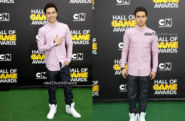 Jake présentait les Cartoon Network's Hall of Game Awards at The Barker Hangar le Samedi 15 février 2014.