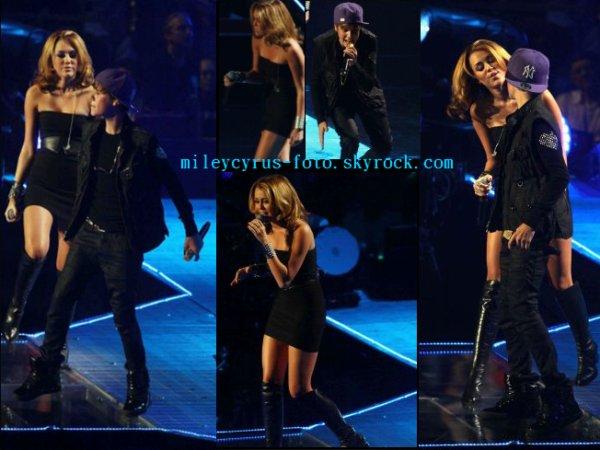 Miley au Madison Square, pour accompagner Justin Bieber sur scène en interprétant Overboard avec lui, duo originalement fait avec Jessica Jarell.
