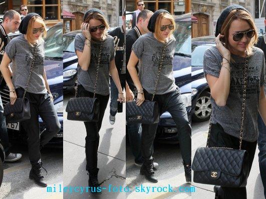 Miley se baladant dans les rues de Paris .