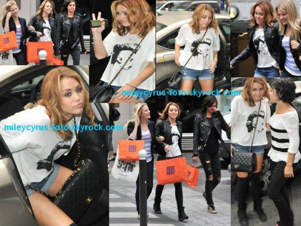 Miley ainsi que ses co-stars se trouvait au Bon Marché à Paris pour tourner cette fameuse scène.