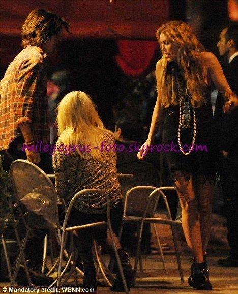 Miley a été photographiée le 26 octobre alors qu'elle dinait au Bourgeois Pig à Los Feliz (Californie) en compagnie de Anna Oliver (amie de Demi Lovato) et de l'acteur de « Victorious » Avan Jogia.