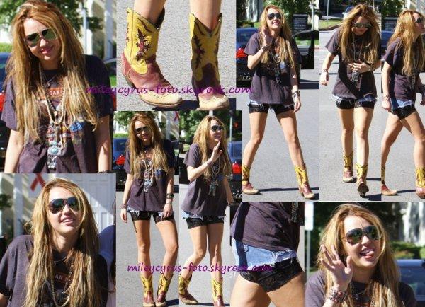 Miley a été aperçue hier (2 novembre) dans les rues de Toluca Lake.