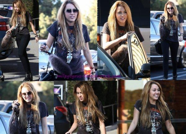 Miley a été aperçue hier (2 novembre) dans les rues de Toluca Lake. suite