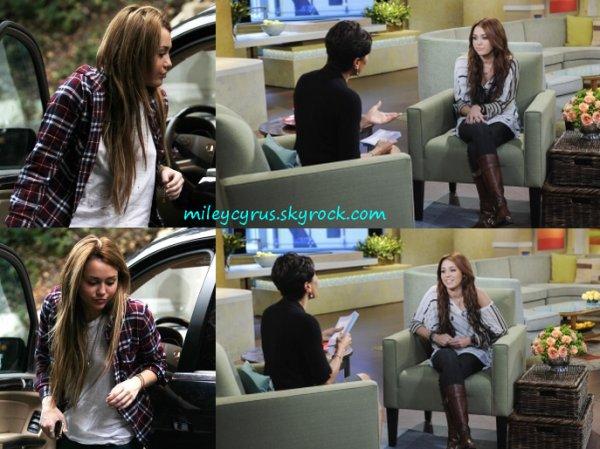 Miley est allée ce matin (19 novembre) dans un studio d'enregistrement à Beverly Hills (Californie) pour une leçon de chant.