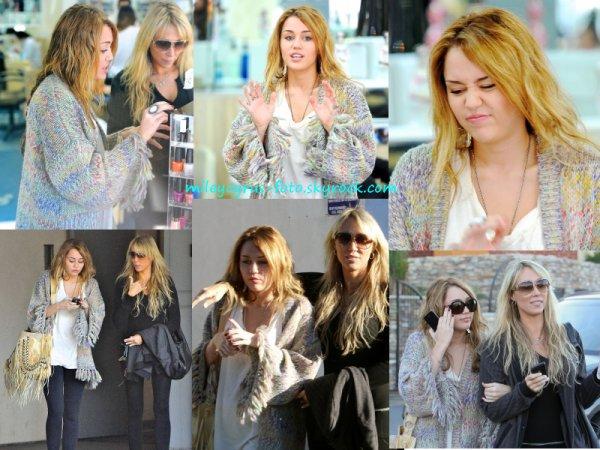 Miley et sa mère Tish quittant un salon de beauté hier (26 novembre) à Toluca Lake.