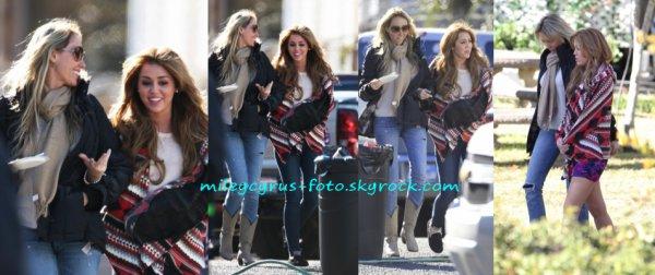 Une nouvelle journée de tournage de « So Undercover » a eu lieu hier (14 décembre) à Nouvelle-Orléans. On peut constater que Tish a rejoint Miley sur le tournage :)
