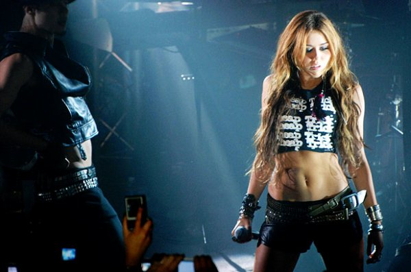 Le site du magazine Billboard a établit un classement des 100 meilleures photos de l'année 2010, et la photo ci-dessous de Miley lors de son concert le 1er juin au 1515 de Paris a été classée 21ème !