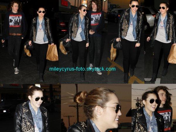 Notre belle Miley de sortie avec son frère Braison dans la soirée.