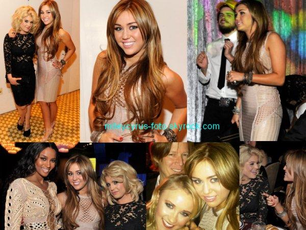 Des photos de backstages de l'évènement. Miley y a retrouvé entre autre sa costar dans « So Undercover » et sa nouvelle amie Kelly Osbourne, ainsi qu'Emily Osment.