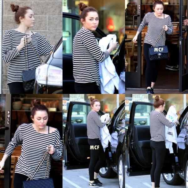 Miley seule cette fois sort de nouveau dans un café à Toluca Lake.