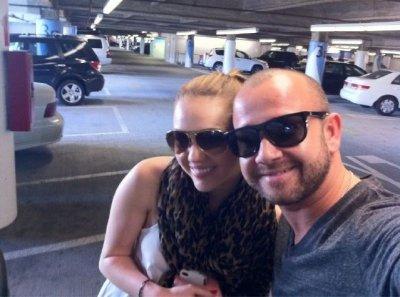 Nouvelle photo de Miley et son ami paparazzo Alison, datant d'hier (18 mars) alors qu'ils étaient dans un centre commercial.