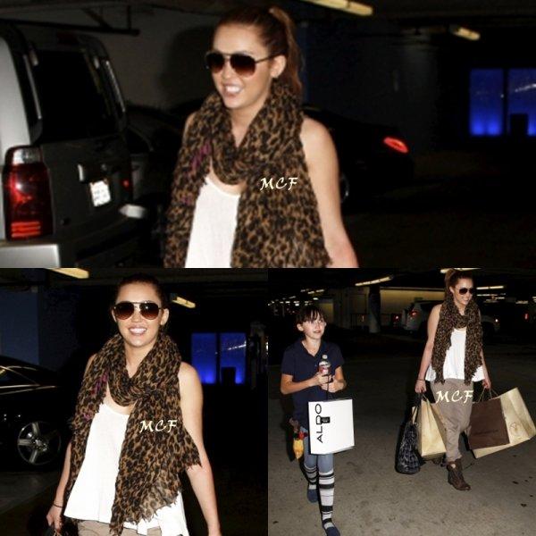 Miley s'est rendue hier dans un centre commercial pour faire un peu de shopping avec sa s½ur Noah.