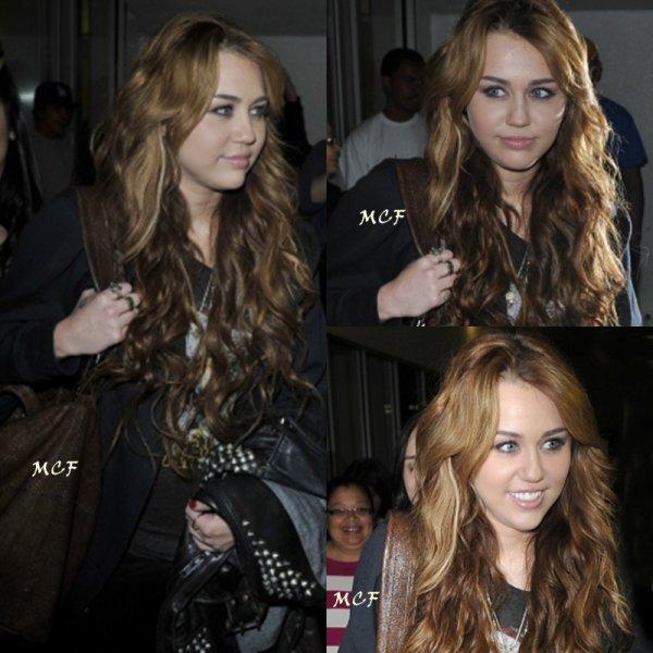 Miley a atterri hier soir (8 avril) à Los Angeles après un passage express à Chicago pour fêter les 30 ans de « I Love Rock'n'Roll » avec entre autre Joan Jett dans l'émission d'Oprah. La diffusion est prévue le 13 avril, vous retrouverez la vidéo sur mon site dès le lendemain ! En attendant, retrouvez la première photo de l'émission, ainsi que des photos de son arrivée à LAX.