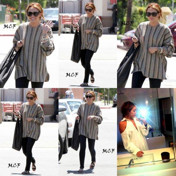 Miley est allée déjeuner hier (26 avril) avec sa mère Tish et sa s½ur Noah à LA et une foto perso !