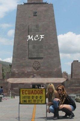 Quelques photos de Miley et Tish faisant un peu de tourisme à Quito hier (29 avril)