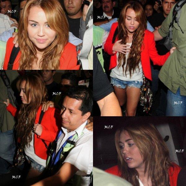 Miley est arrivée hier (25 mai) au Mexique, dernier pays du Corazon Gitano Tour, en compagnie de Liam. Plus que 2 shows avant la fin : un ce soir à Mexico, et le dernier samedi à Guadalajara.