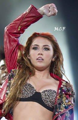 Miley était en concert hier (26 mai) à Mexico !!!